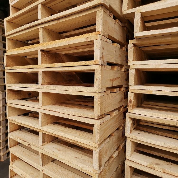 堆起来的木托盘